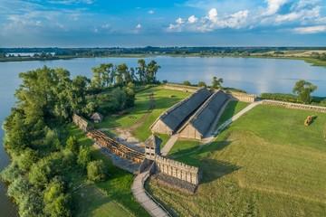 Starodawne zabudowania drewniane w Muzeum Biskupin, Polska