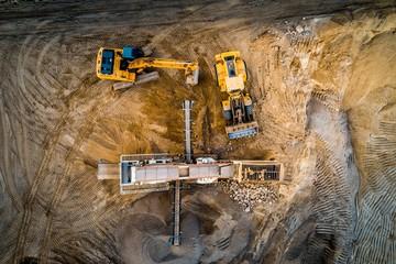 Fototapeta Koparka i maszyny budowlane na piasku, z powietrza obraz