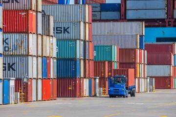 Obraz Ciężarówka z kontenerem. Spedycja międzynarodowa. Port morski Gdynia. Polska - fototapety do salonu