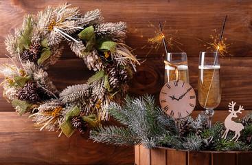 шампанское в бокалах с бенгальскими огнями  и рождественским венком