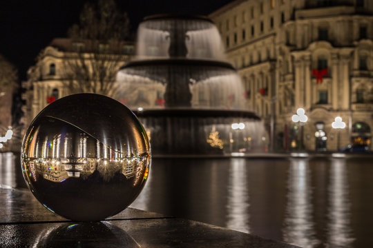 Wiesbaden an einem Wintermorgen in einer Kristallkugel