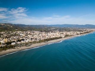 Vista aerea di una città costiera vicino al mare Mediterraneo. Locri