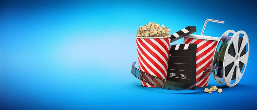 Popcorn mit Getränk, Filmstreifen, Filmrolle und Regieklappe blauer Hintergrund mit Textfreiraum 3D Rendering