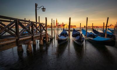 Gondeln am Steg in Venedig bei Sonnenuntergang