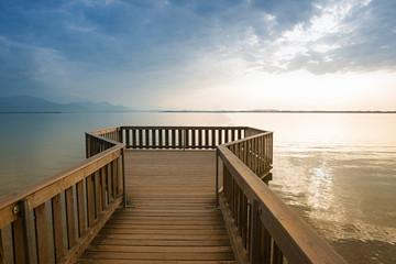 Aussichtsplattform am Chiemseestrand mit Blick auf den See