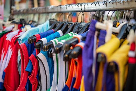 Vestiti e magliette con appendiabiti dai mille colori