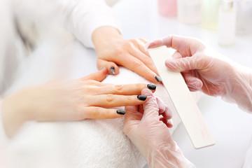 Zmywanie paznokci. Usuwanie lakieru hybrydowego pilnikiem.