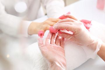 Obraz Zmywanie paznokci. Klipsy do zmywania paznokci. - fototapety do salonu