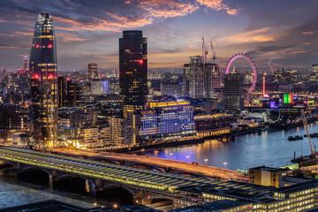 Fotomurales - Blick über die Skyline von London mit den zahlreichen Attraktionen am Abend, Großbritannien