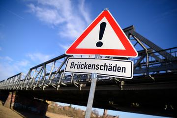 Warnschild vor Brückenschäden vor einer Brücke_2