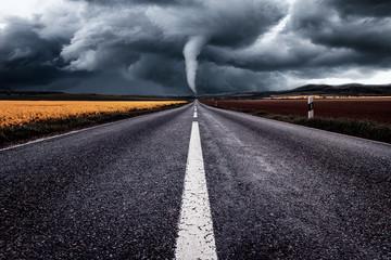 Tornado bildet sich mitten auf der Straße, Naturkatastrophe zerstört die Felder