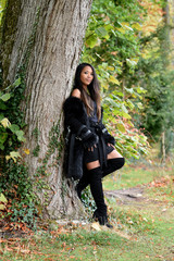 jeune femme asiatique aux couleurs d'automne