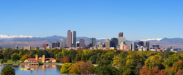 Fotomurales - Skyline of Denver downtown with Rocky Mountains