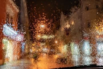 Regen – Winterdepression -  Ausblick nasse Autoscheibe im Dunkeln