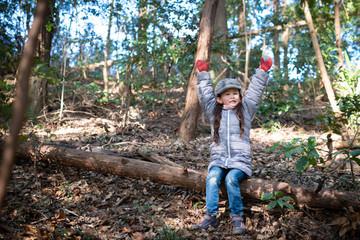 森の中で遊ぶ子供