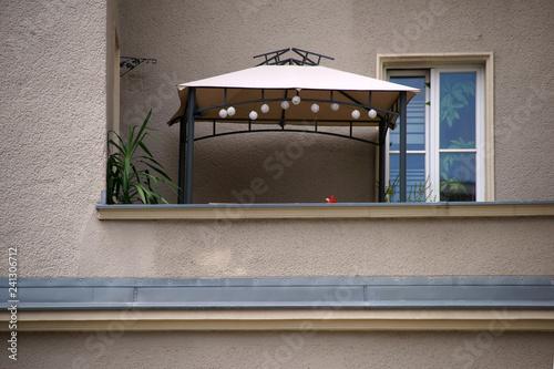 Balkon Mit Zeltunterstand Der Balkon Eines Mehrfamilienhauses Mit