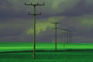 Stromleitung in Grün vor dramatischem Hintergrund