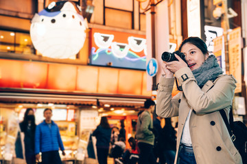 girl tourist zooming up focus the night city view