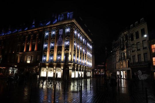 Vues de Lille, France, de nuit pendant les fêtes de fin d'année