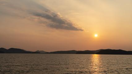 서해안 바다 저녁때의 햇빛. 또는 저녁때의 저무는 해