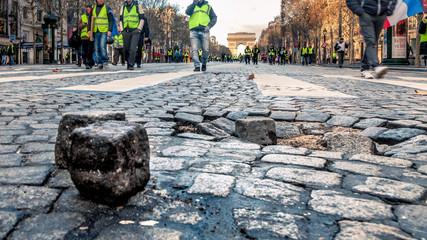 Pavé et Manifestants Gilets Jaunes sur les Champs Elysées Paris