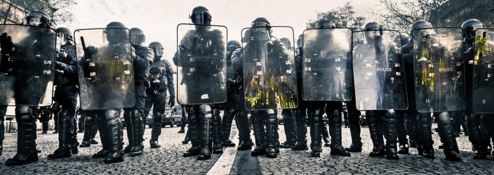 Police CRS et Boucliers face aux manifestants