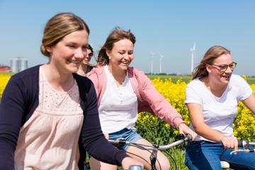 Freundinnen machen eine Radtour