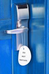 porte bleue fermée, étiquette ne pas déranger