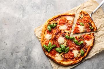 Photo sur Plexiglas Pizzeria Delicious pizza on grey background