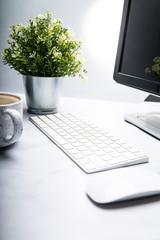 Fototapeta Stanowisko pracy. Biurko z komputerem i kawa. obraz
