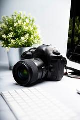Obraz  Aparat fotograficzny i komputer narzędzia pracy fotografa - fototapety do salonu