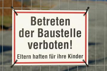 Schild Betreten der Baustelle verboten an einem Metallzau