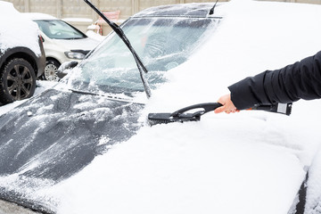 cleaning the car from snow