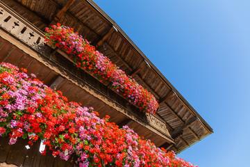 Balkonblumen an Holzhaus in Oberbayern