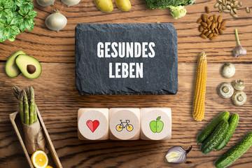 """gesunde Lebensmittel um Schieferplatte mit Aufschrift """"Gesundes Leben"""""""