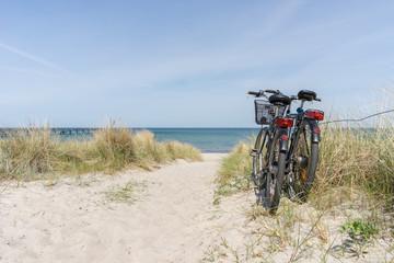 Fototapete - Fahrradtour am Meer