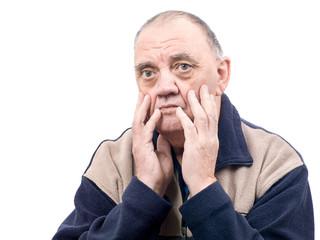 portrait vieil homme pessimiste isolé sur fond blanc