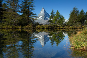 Fotomurales - The Matterhorn reflected in the Grindjisee during a summers morning. Zermatt, Switzerland.