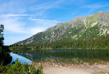 Fototapeta premium Piękne jezioro Szczyrbskie Jezioro w Tatrach Wysokich