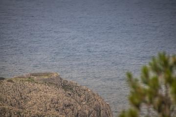 """Die Ruinen der Festung """"Fortino di Mesola"""" in Anacapri auf der Westküste der italienischen Insel Capri in Frühling."""
