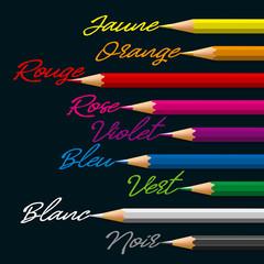 Alignement de crayons de coloris différents, associés par les mots, à leurs couleurs respectives