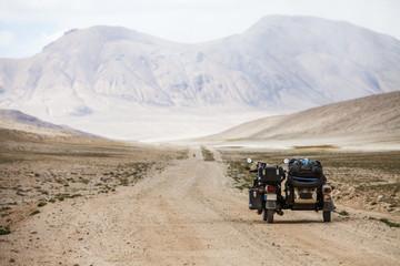 Foto op Plexiglas Fiets Sidecar riding in the mountains