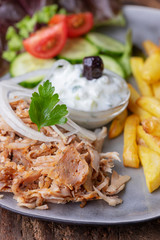 griechisches Gyros mit Tzatziki und Pommes frites
