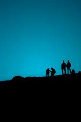 Menschen, schwarze Schatten, Silhouetten im Gegenlicht auf dem Berg.