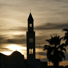 Campanile della Cattedrale nel centro storico di Bari visto al tramonto