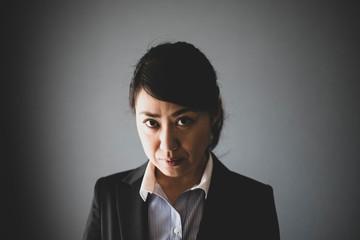 女性 ビジネス 睨む表情
