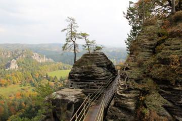blick auf felsen und die landschaft in dresden sachsen deutschland fotografiert im herbst an einem sonnigen tag während einer sightseeing tour
