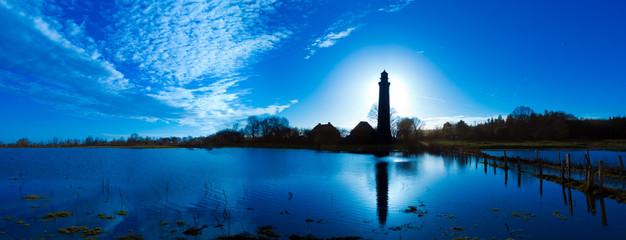 Foto auf Acrylglas Leuchtturm Panorama Landschaft mit Leuchtturm Behrensdorf an der Ostsee im Gegenlicht