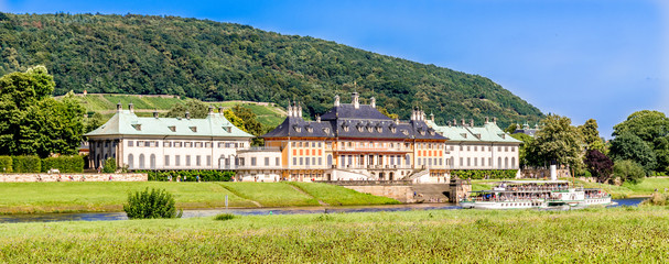 Schloss Pillnitz in Dresden mit Raddampfer