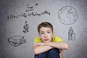 enfant garçon jeune découragé par ses études